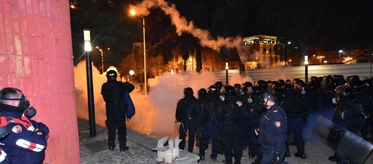 «Βράζει» επικίνδυνα η Αλβανία – Σοβαρά επεισόδια στα Τίρανα: «Ράμα παραιτήσου» από χιλιάδες διαδηλωτές