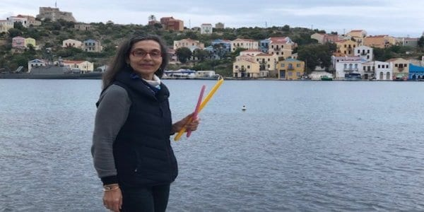 Ταξιδεύει κάθε Πάσχα από την Ορεστιάδα στο Καστελόριζο για να δώσει λαμπάδες στα παιδιά