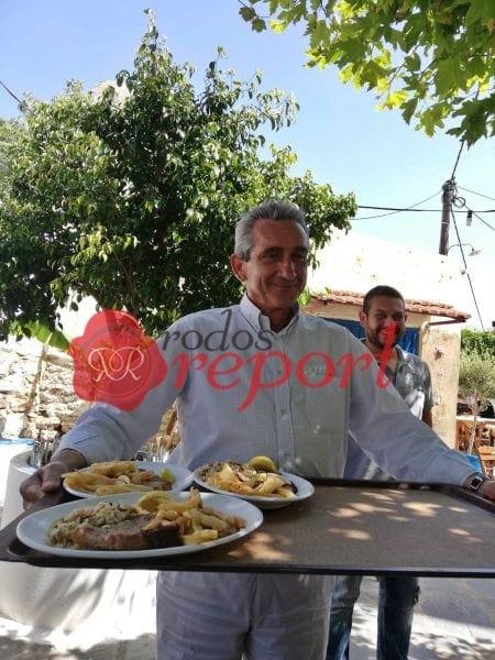 """Ο Χατζημάρκος σε """"χρέη σερβιτόρου"""" δίπλα στους κατοίκους του νησιού"""