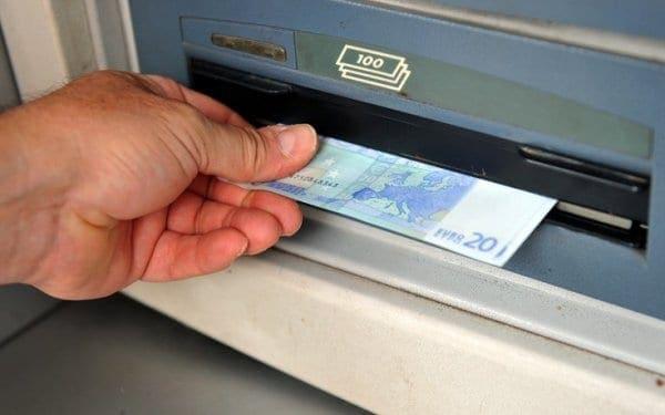Νέες χρεώσεις από αύριο στις αναλήψεις μετρητών από ΑΤΜ