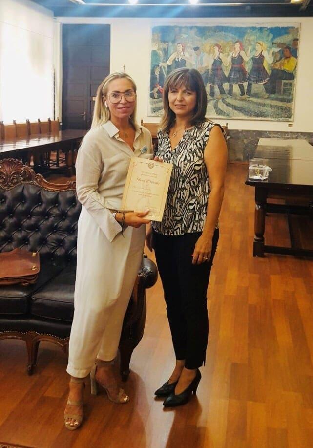 Η Ρόδος τίμησε την Αγγλίδα κα Karen Harvey για την προσφορά της στην ανάπτυξη του γαμήλιου τουρισμού στο νησί