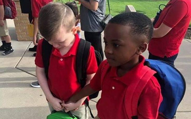 Οχτάχρονος παρηγορεί συνομήλικο του με αυτισμό την πρώτη μέρα του σχολείου