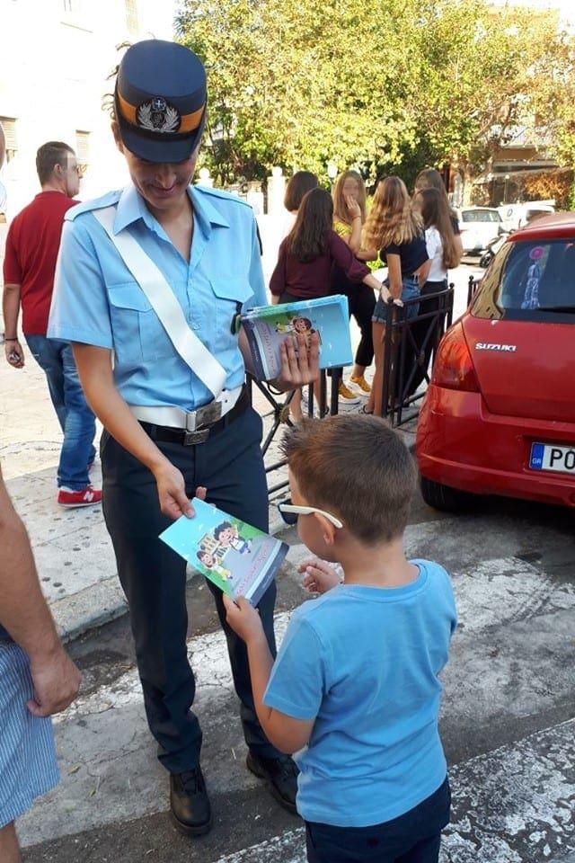 Ενημερωτικά φυλλάδια οδικής ασφάλειας διανεμήθηκαν από αστυνομικούς σε γονείς και μαθητές σχολείων στo Νότιο Αιγαίο