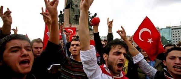 Oι Γκρίζοι Λύκοι απειλούν την ζωή του 16χρονου Ελληνοκύπριου που κατέβασε την τουρκική σημαία!