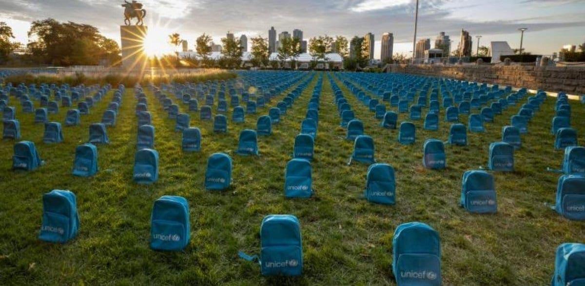 Το μήνυμα της Unicef έξω από τον ΟΗΕ με σχολικές τσάντες 3.758 νεκρών παιδιών