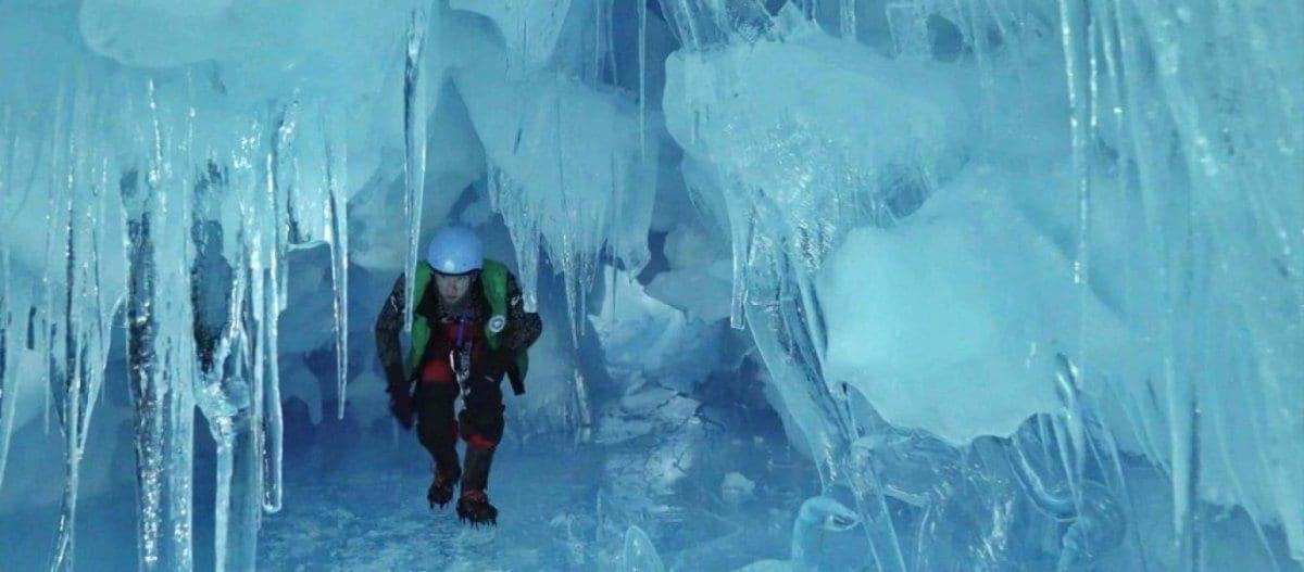 Ερευνητές στην Ανταρκτική εντόπισαν «χαμένη» τριώροφη σπηλιά από πάγο με λίμνες και ποτάμι (φώτο)