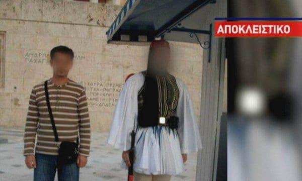 Τρομοκράτης του «ισλαμικού κράτους» ποζάρει στο μνημείο του άγνωστου στρατιώτη