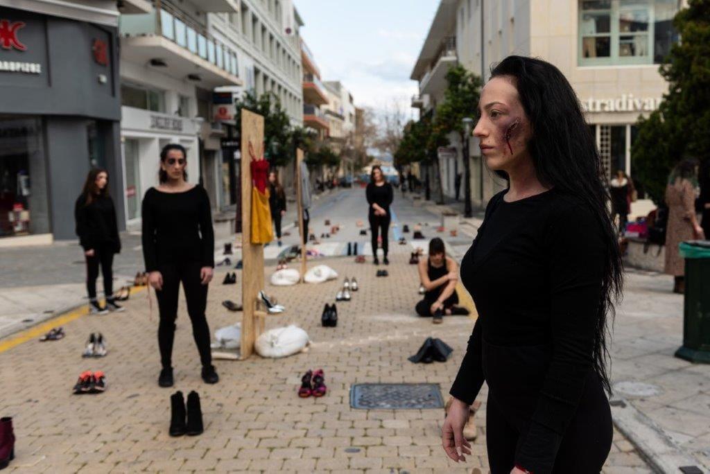 Σκοτώνει, τελικά, η αγάπη; – Σιωπηλή διαμαρτυρία στη Ρόδο κατά της έμφυλης κακοποίησης