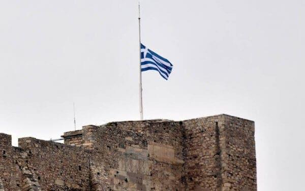Μεσίστια η σημαία στην Ακρόπολη για τον Μανώλη Γλέζο