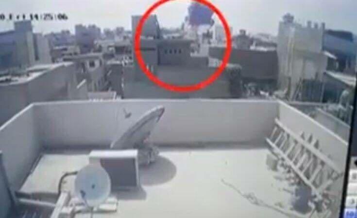 Σοκαριστικά βίντεο από το αεροπορικό δυστύχημα στο Πακιστάν: Καρέ – καρέ η συντριβή του αεροσκάφους πάνω σε σπίτια