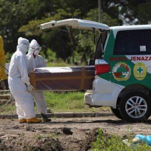 Απίστευτο μέτρο στην Ινδονησία: Όσοι δεν φορούν μάσκα σκάβουν τάφους για νεκρούς του κορονοϊού