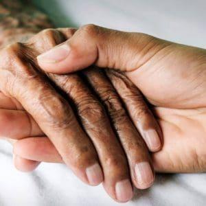Έζησαν μαζί 50 χρόνια και πέθαναν από κορονοϊό πιασμένοι χέρι-χέρι