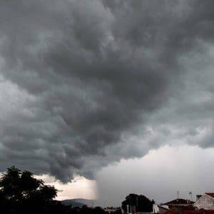 Καιρός: Επιδείνωση με βροχές, καταιγίδες και χαλαζοπτώσεις – Σε ισχύ το έκτακτο δελτίο