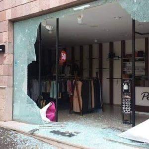 Οι Αρμένιοι όχι μόνο δε λεηλατούν τα βομβαρδισμένα καταστήματα, αλλά αφήνουν και το αντίτιμο!