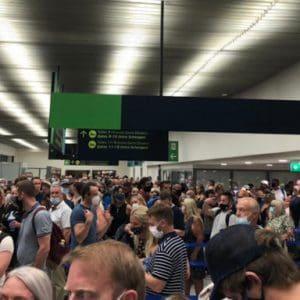 Απίστευτες εικόνες συνωστισμού το Σάββατο στο αεροδρόμιο της Ρόδου -Κάνουν το γύρο του κόσμου