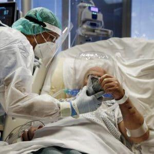 Έρευνα: Τουλάχιστον 5 φορές πιο φονικός από τη γρίπη ο κορονοϊός για τους νοσηλευόμενους ασθενείς